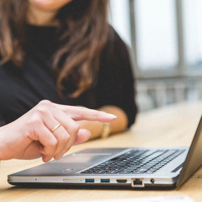 vrouw laptop overleg