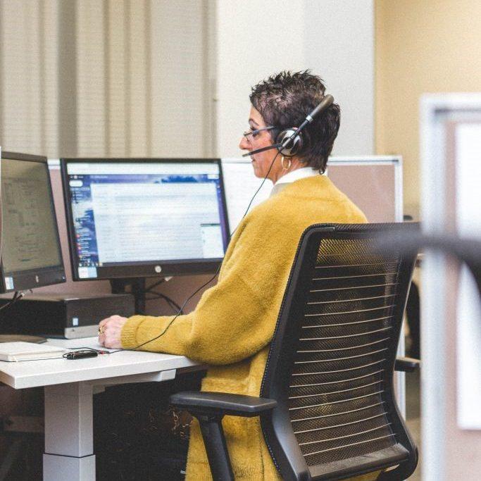 vrouw telefoneren agent ondersteuning