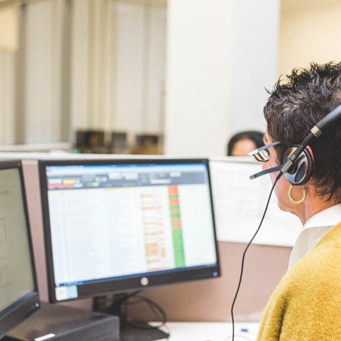 vrouw telefoniste computer onderteuning